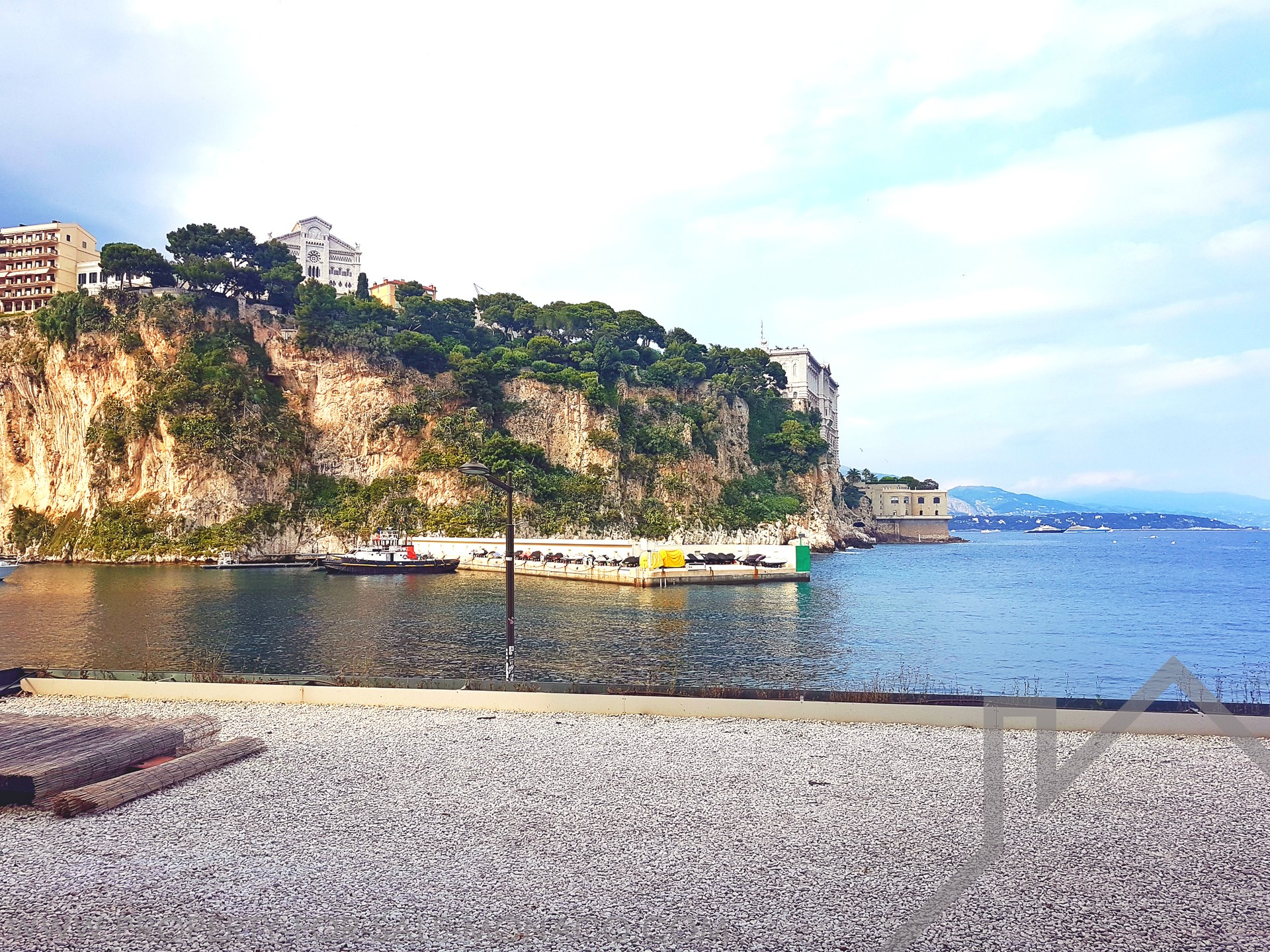 FONTVIEILLE, offices with shop window - Apartments for rent in Monaco